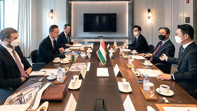 [보도자료]두산솔루스, 헝가리 정부와<br> '전지박 투자 간담회' 개최