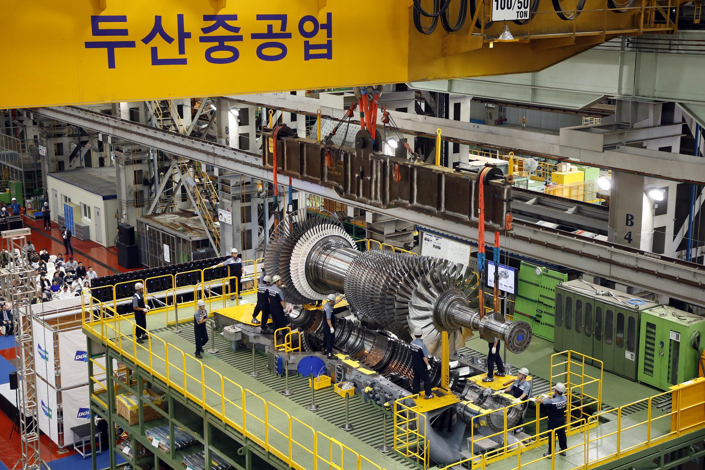 올해 9월 두산중공업 창원 본사에서 진행한 발전용 대형 가스터빈 최종조립 작업 모습
